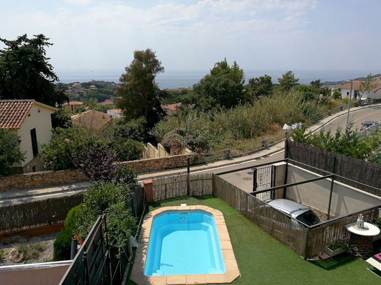 Casa con piscina, jardín y barbacoa